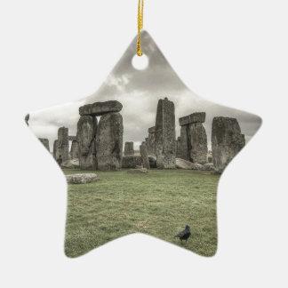 Stonehenge、イギリスの前のカラス セラミックオーナメント