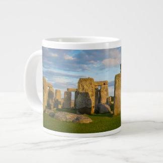 Stonehenge、ウィルトシャー、イギリス上の日没 ジャンボコーヒーマグカップ