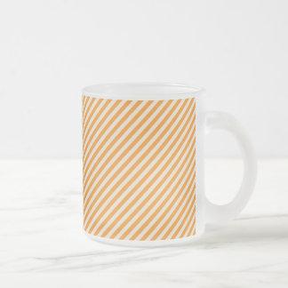 [STR-OR-1]ストライプのなオレンジおよび白いキャンディ・ケーン フロストグラスマグカップ