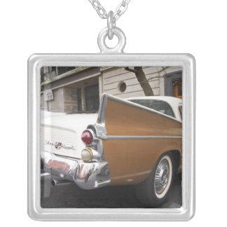 Studebakerの銀製のタカクラシックな車はaで駐車しました シルバープレートネックレス