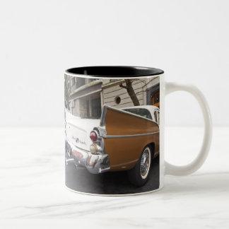 Studebakerの銀製のタカクラシックな車はaで駐車しました ツートーンマグカップ