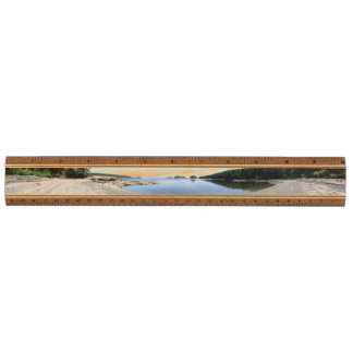 Suciaの島のエコー湾のパノラマ式の木製の定規 定規