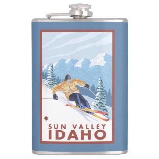 Sun Valley、アイダホ- Downhhillの雪のスキーヤー フラスク