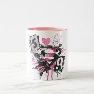 Supergirlはコラージュをこぼし、走り書きします ツートーンマグカップ
