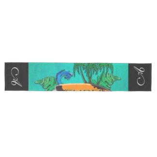 Surfboardingのやしおよび花が付いているサーフボード ミディアムテーブルランナー