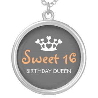 Sweet sixteenの誕生日の女王-オレンジおよび灰色 シルバープレートネックレス