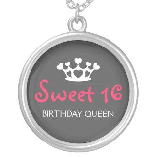 Sweet sixteenの誕生日の女王-ネオンピンクおよび灰色 シルバープレートネックレス