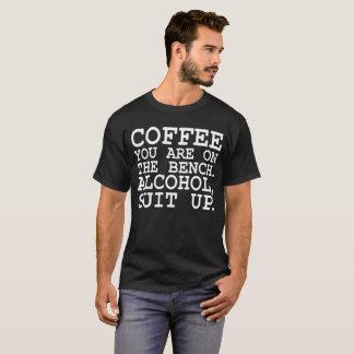Tシャツの上のベンチアルコールスーツのコーヒー Tシャツ
