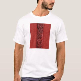 Tシャツを切り分けるマオリのKupe Tシャツ