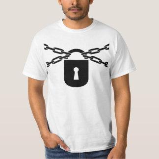 Tシャツ(黒)の上で鎖でつながれる Tシャツ