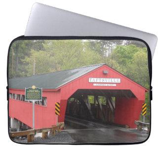 Taftsvilleの屋根付橋、ヴァーモント ラップトップスリーブ