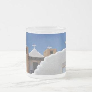 Taosの村落の教会によって曇らされるコーヒー・マグ フロストグラスマグカップ