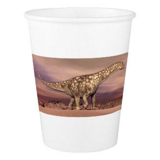 Thで静かに歩いている大きいアルゼンチノサウルスの恐竜 紙コップ