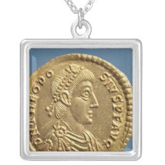 Theodosius Iの固相線おおわれている素晴らしいの シルバープレートネックレス
