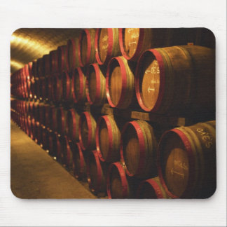 TokajのバレルはDisznokoで積み重ねられてワインを飲みます マウスパッド