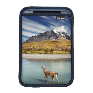 Torres del Paineの川を交差させているグアナコ iPad Miniスリーブ