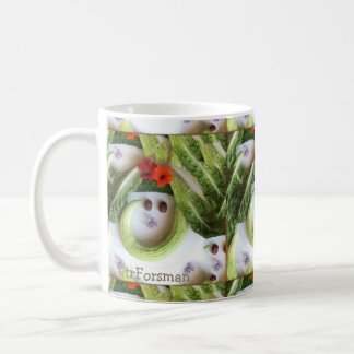 """TR Forsmanによる""""きゅうりスマイル""""のv2の庭のコラージュ コーヒーマグカップ"""