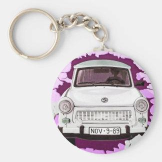 Trabant車およびピンクまたは薄紫のベルリンの壁 キーホルダー