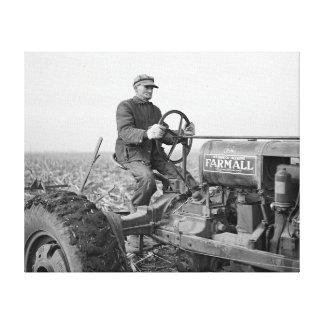 Tractor 1937年を運転している農家 キャンバスプリント
