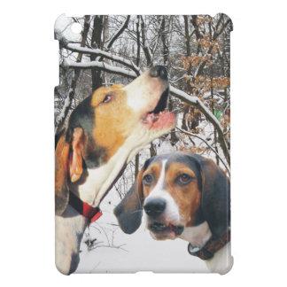Treeingの歩行者のCoonhoundのSnowyの森 iPad Mini カバー