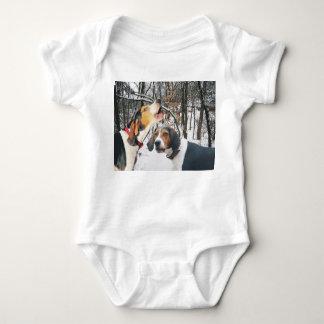 Treeingの歩行者のCoonhoundのTシャツ ベビーボディスーツ