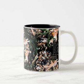 Treemoのギアの葉及び円錐形の迷彩柄のコーヒー・マグ ツートーンマグカップ