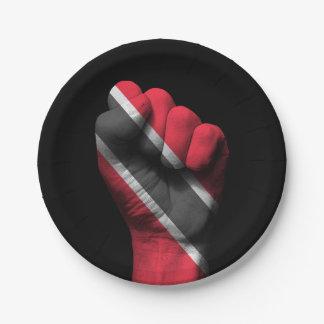 Trinidadian旗が付いている上げられたくいしばられた握りこぶし ペーパープレート