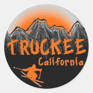 Truckeeカリフォルニアの芸術的なスキーヤー ラウンドシール