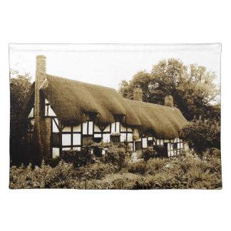 Tudorの古いかやぶきにされたコテッジイギリスイギリス ランチョンマット