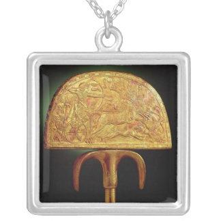 Tutankhamunの墓からのだちょう羽ファン、 シルバープレートネックレス