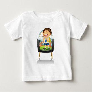 TVの学生服の男の子 ベビーTシャツ