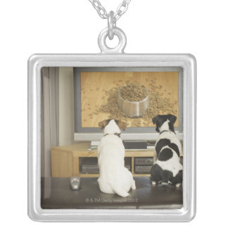 TVの食糧が付いている犬の皿を見ている犬 シルバープレートネックレス