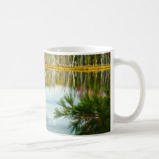 U.P.: 秋の樺の木の反射 コーヒーマグカップ