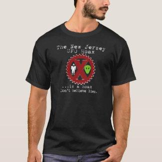UFOの悪ふざけは悪ふざけ-暗闇です Tシャツ