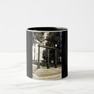 UGAのアーチのマグ ツートーンマグカップ