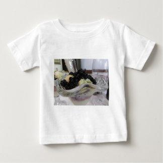 uncultivated bilberriesが付いているバニラアイスクリーム ベビーTシャツ