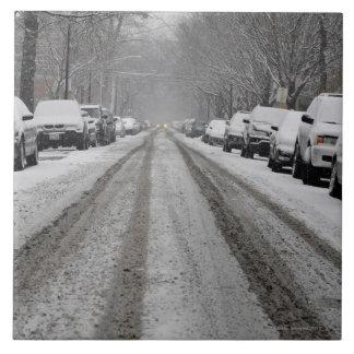 unplowed雪で覆われた通りの広い眺め タイル