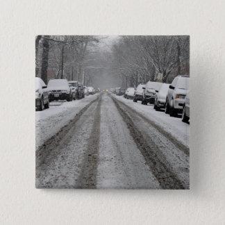 unplowed雪で覆われた通りの広い眺め 5.1cm 正方形バッジ