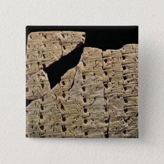 Urukからの楔形の原稿が付いているタブレット、 5.1cm 正方形バッジ