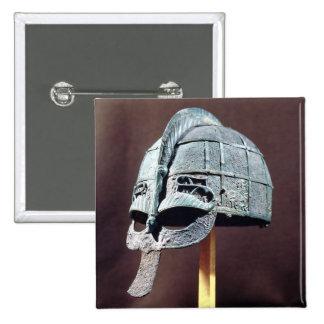 Vendelの宝物からのヘルメット、 5.1cm 正方形バッジ