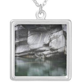 Verzascaの川による円形にされた石の崖 シルバープレートネックレス