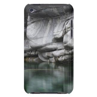 Verzascaの川による円形にされた石の崖 Case-Mate iPod Touch ケース