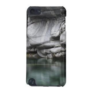 Verzascaの川による円形にされた石の崖 iPod Touch 5G ケース