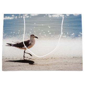 Virginia Beachのカモメの歩く ラージペーパーバッグ