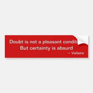 Voltaireの引用文: 疑いは気持が良い状態ではないです バンパーステッカー