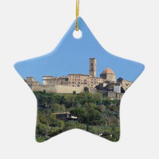 Volterraの村、タスカニー、イタリアのパノラマ セラミックオーナメント