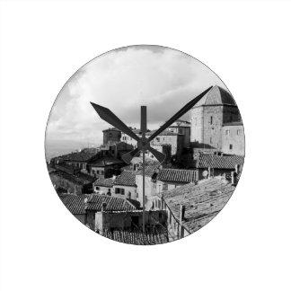 Volterraの村、ピサの地域のパノラマ ラウンド壁時計