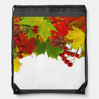 WのAutumのための葉およびヒイラギの果実の上のボーダー ナップサック