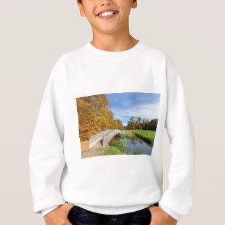 wa上の木橋との秋の森林景色 スウェットシャツ