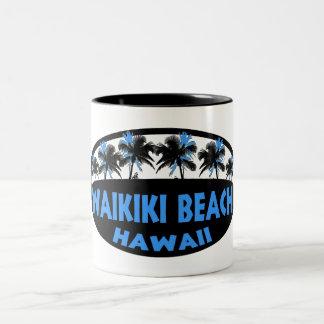 Waikikiのビーチのハワイの暗藍色のやし ツートーンマグカップ